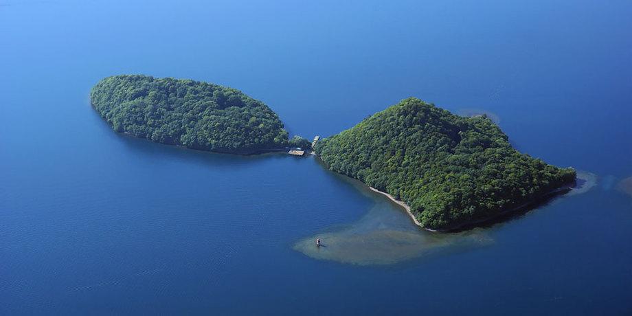 洞爺湖に浮かぶ島