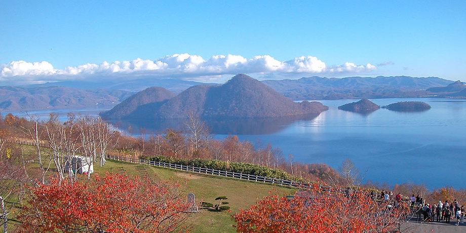 洞爺湖のお土産屋から見た秋の風景